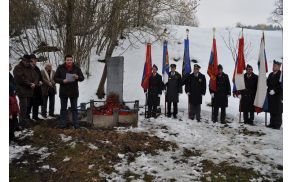 Predsednik ZB NOB Vrhnika Janez Kikelj je nagovoril zbrane pred spomenikom in prapori.