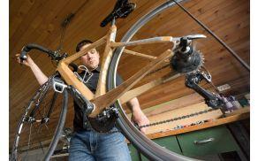 Gašper Cafuta s svojim lesenim kolesom v domači delavnici.