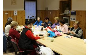 Članice DU Kanal izdelujejo punčke iz cunj Mojce. Foto: Marija Marinič