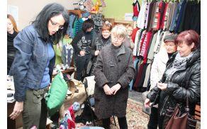 Dr. Marinka Vovk v pogovoru z obiskovalkami.
