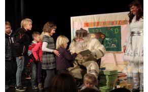 Dedek Mraz je vsakemu otroku posebej izročil darilo in mu zaželel lepe praznike.
