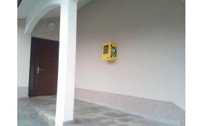 AED - avtomatski zunanji defibrilator na Livku na stavbi bivše šole.