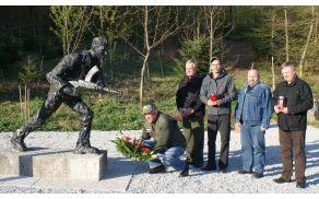 Borci min veterani osamosvojitvene vojne so se v nedeljo poklonili pred spomenikom NOB in osamosvojitvene vojne