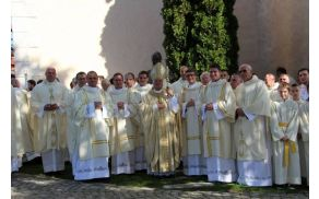 Diakoni skupaj s škofom Andrejem Glavanom in duhovniki pred stolnico Foto: E.Kos