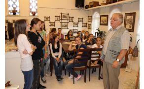 Otroci OŠ Vojnik so z zanimanjem prisluhnili besedam Jožeta Žlavsa in Marine Bezgovšek