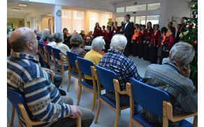 Varovancem doma starejših so praznike z božično pesmijo polepšali tudi člani mešanega pevskega zbora Prosvetnega društva Horjul.