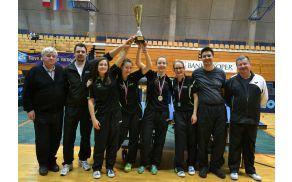 Državne prvakinje v družbi predsednika društva in predsednika sekcije ter s trenerjema