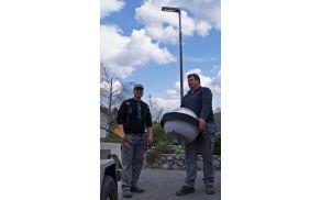 Delavca podjetja Elektroinstalacije Matjaž Nagode, s. p., Jernej Kogovšek (levo) in Marko Trček ob menjavi svetilk
