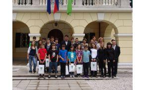 Župan Milan Turk in najboljši učenci s spremljevalci pred Coroninijevim dvorcem.