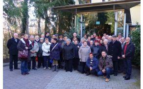 skupinska fotografija pred podjetjem Neuroth