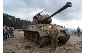 Horjulec Janez Prebil pred obnovljenim samohodnim topom jackson M36