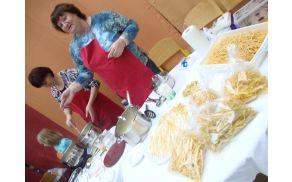 Aktiv podeželskih žena pri TD Lavrica je z degustacijo testenin poskrbel, da želodčki niso bili prazni