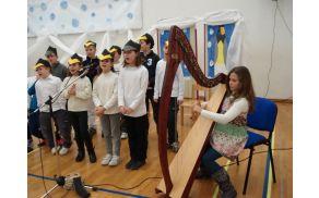 Učenci iz Vrtovina in harfistka Leto Žorž