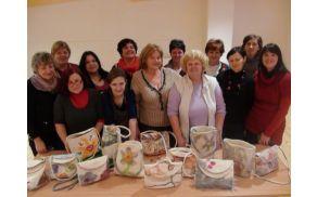 Udeleženke srečanja z izdelanimi torbicami