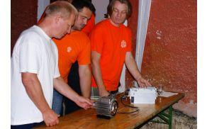 z leve dr. Borut Likar, Anton Štumberger predsednik Radiokluba Cirkulane in dr. Boštjan Polajžer pri prikazu izvedbe poizkusa pri vrtenju z elektromotorjem