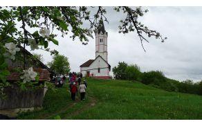 Na Šentjurskem hribu te pričaka lepo obnovljena cerkev in razgled, ki sega daleč naokoli. (foto: Stane Markovič)