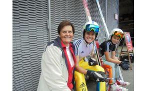 Skakalko Urško Bogataj je na treningu tokrat spodbujala babi Tončka.
