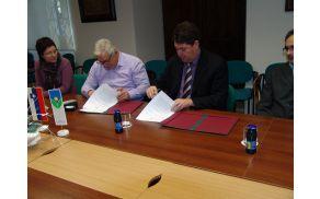 Župan mag. Milan Turk in direktor Kmetijstva Vipava d.d. Šempeter pri Gorici, Herman Ušaj, pri podpisu pogodbe.