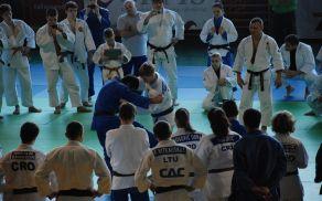 Svetovni prvak Georgiy Zaintaraia prikazuje tehniko meta