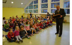 Janko Prebil je otrokom nazorno predstavil, kako nastaja med.