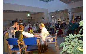Varovanci doma starejših so z zanimanjem poslušali pisma, ki so jih prebirali člani KUD Stara Vrhnika.