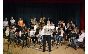 Godba Dobrova - Polhov Gradec je sredi decembra pripravila praznični koncert.