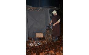Pastirci so v zavetju luščili fižol in izdelovali okraske.