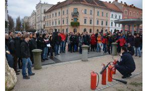 Slovenski filharmoniki pridobivajo znanje o rokovanju z gasilniki