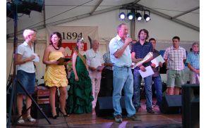 Župan Princes izroča Tomažu Fabčiču iz Podrage listino o izbiri protokolarnega vina