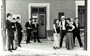 Glasbeno raznoliki Mojo hišni band. Arhiv MHB