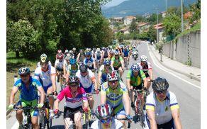 Udeleženci kolesarijo v strnjeni koloni - foto Jožko Člekovič