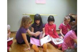 Otroci med prebiranjem knjig