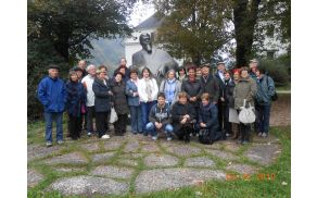Pri spomeniku Ivanu Tavčarju