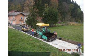 Konec oktobra so delavci asfalt položili na delu Stare ceste.