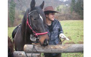 Zadovoljni konjenik s konjem pri blagoslovu