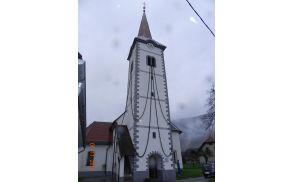Okrašen zvonik z zimzelenom