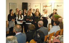Pevski zbor Sedlo ob spremljavi Elizabete Cencič na harmoniki. Foto: Nataša Hvala Ivančič