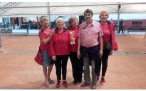 Ženska ekipa Dragomera s prejetim pokalom za drugo mesto v notranjski ligi.
