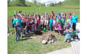 Župan je z učenci POŠ Socka posadil drevo.