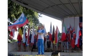 Slovenska zastava v bohinjskih rokah na EP v slovaškem Pieštanyju. Foto: Kajak kanu klub Bohinj