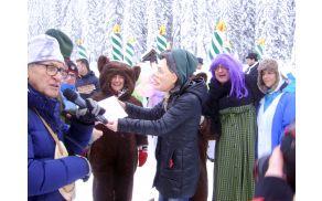 Bratuškova podeljuje priznanje bohinjsko-gorjanski ekipi. Foto: Petra Lotrič Ogrin