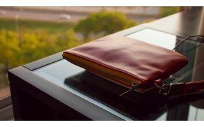 Pametni telefon s posebnim vstavkom le položimo v torbico in že se bo začel brezžično polniti.