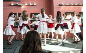 """Tretješolci so se predstavili z ljudskim plesom """"tarantella"""" (foto: Darko Kastelic)."""