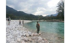 Mladinci in člani Ribiške družine Tolmin so sobotni del festivala preživeli na reki Soči. Foto: arhiv Občine Kobarid