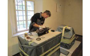 Boštjan Meglič pri konserviranju šivalnega stroja. Foto: Tadeja Fister