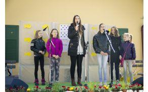 Eva Boto s pogumnimi osnovnošolkami