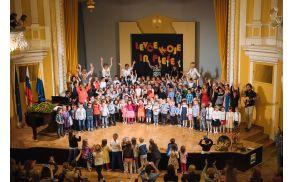 Predstavilo se je devet pevskih oziroma plesnih skupin.