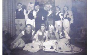 Stojijo z leve: Ema Ceruljanova, Erna Kralj, Miljutin Garlatti, Slava Garlati, Lucija Blaževa in Ivanka Patošerjeva. Sedijo z leve: Džuti, Vanda Garlatti, Silva Markič Peršinova (Milojević), Stanka Stanič Pikelnova. Foto: osebni arhiv Silve Milojević