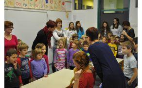 Pika Nogavička popelje šolske novince prvič v prvi razred.
