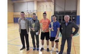 Najboljši igralci turnirja v družbi podeljevalcev, predsednika ŠD Žažar Janeza Jazbarja in župana Janka Prebila.